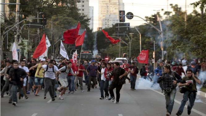 Manifestantes correm da bomba de gás lacrimogênio da polícia no quinto dia da greve dos metroviários em São Paulo Foto: STRINGER/BRAZIL / REUTERS