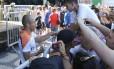 Arjen Robben, atacante da Holanda, atende aos fãs