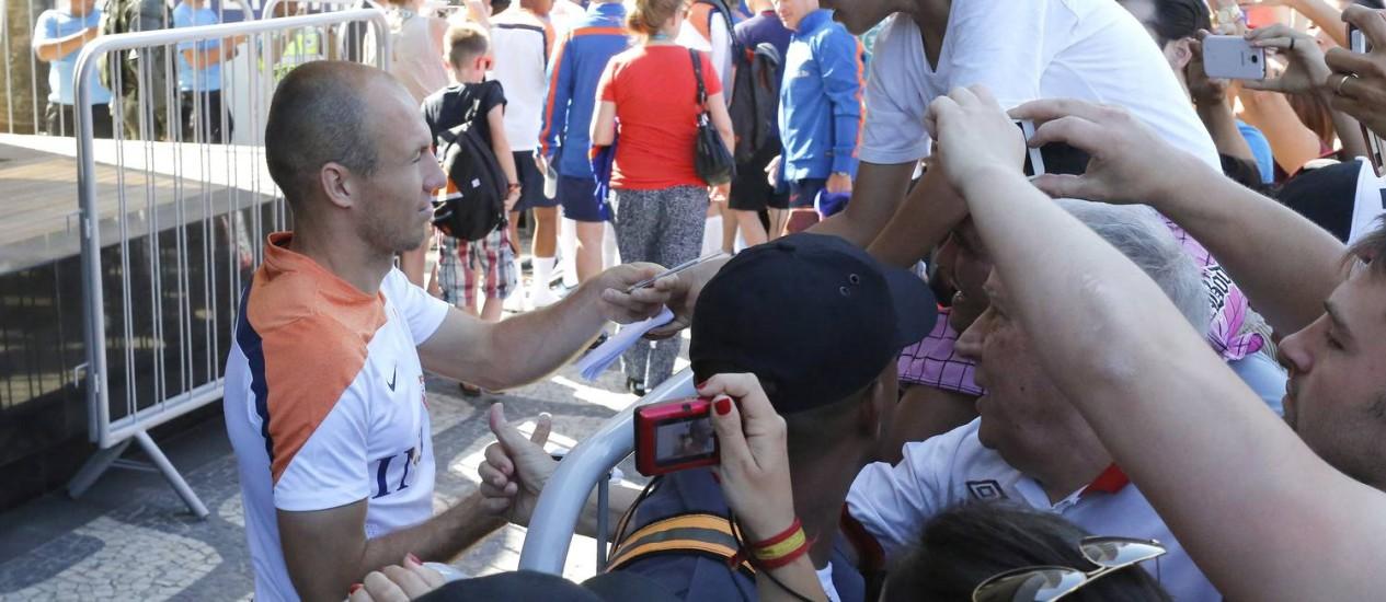 Arjen Robben, atacante da Holanda, atende aos fãs Foto: Pablo Jacob / Agência O Globo