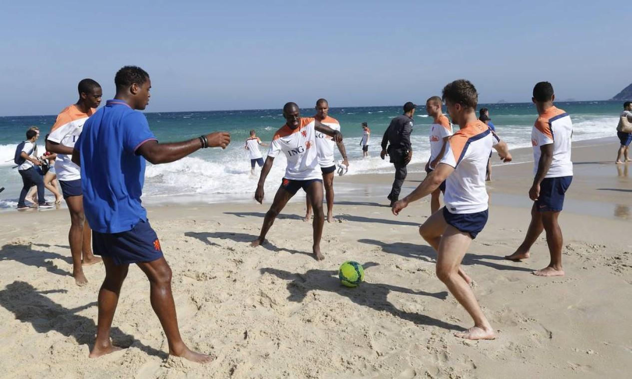 Após o treino da manhã desta segunda-feira, parte da delegação holandesa foi caminhar e bater bola na praia de Ipanema Foto: Pablo Jacob / Agência O Globo