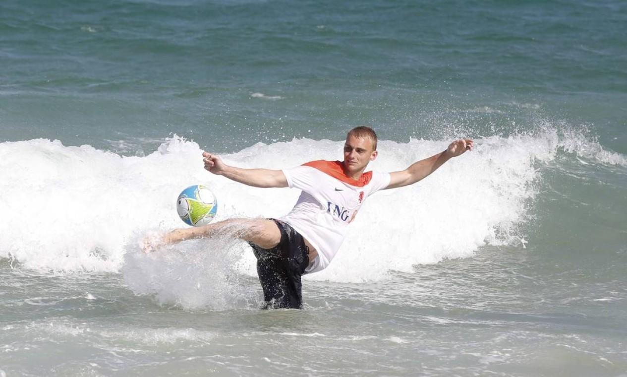 Jogador holandês exibe habilidade na água Foto: Pablo Jacob / Agência O Globo