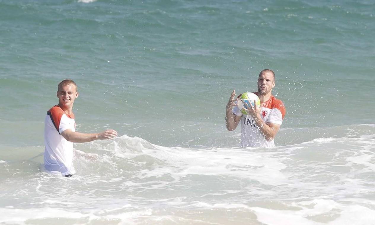 Até a bola foi parar dentro d'água na brincadeira dos jogadores Foto: Pablo Jacob / Agência O Globo