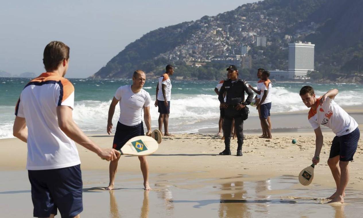 Os atletas jogaram frescobol, altinha, futebol americano... Foto: Pablo Jacob / Agência O Globo