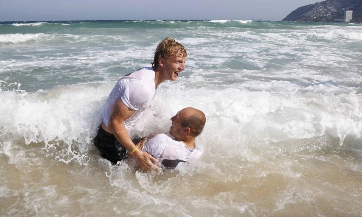 Kuyt (à esquerda) e Robben não se entenderam muito bem com as ondas Foto: Pablo Jacob / Agência O Globo