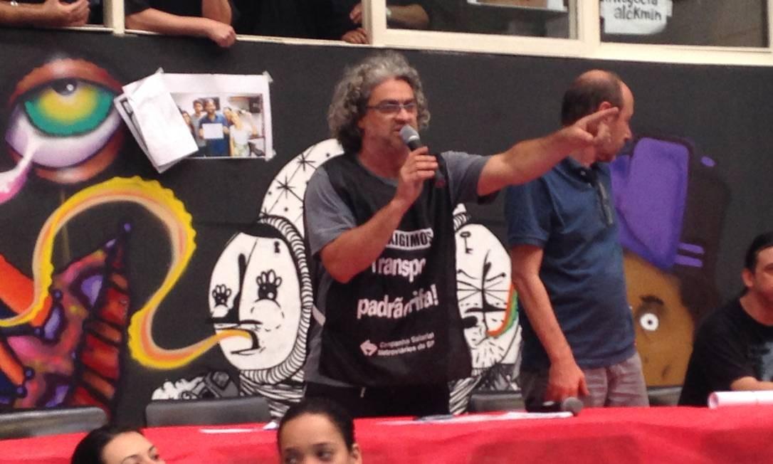 Alex Fernandes, um dos diretores do Sindicato dos Metroviários discursa para grevistas em assembleia Foto: Cleide Carvalho / O Globo