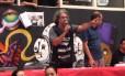 Alex Fernandes, um dos diretores do Sindicato dos Metroviários discursa para grevistas em assembleia