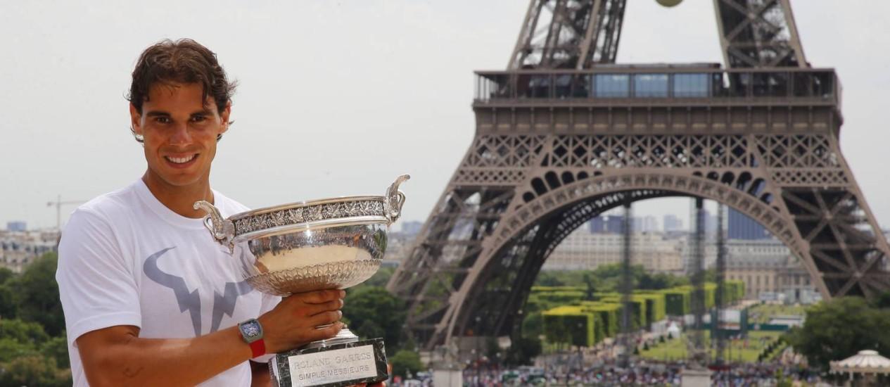 Rafael Nadal posa com o troféu de Roland Garros com o Torre Eiffel ao fundo um dia após conquistar o torneio com a vitória sobre Djokovic Foto: Francois Mori / AP