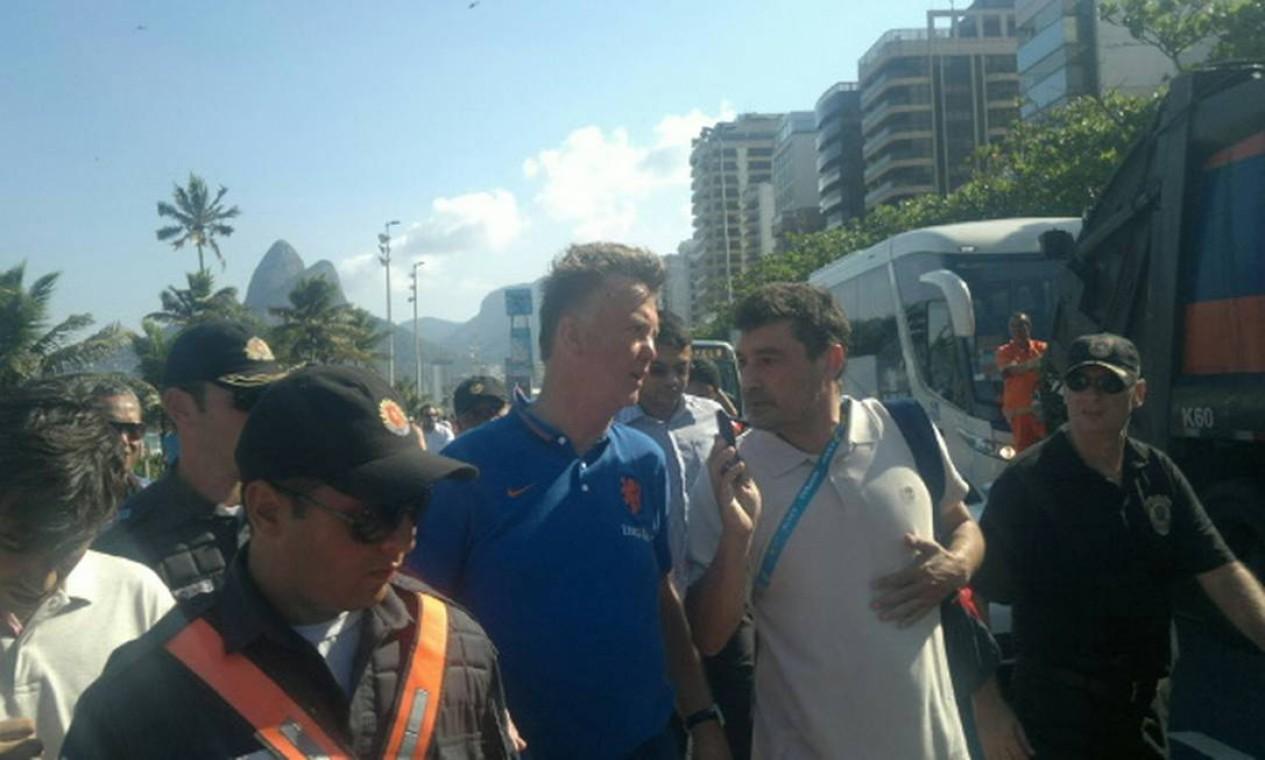O técnico Louis Van Gaal foi muito atencioso com os torcedores na porta do hotel Foto: Maurício Peixoto