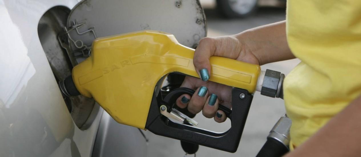 Na bomba: álcool mais barato atrai consumidores Foto: Luiz Ackermann / Agência O Globo