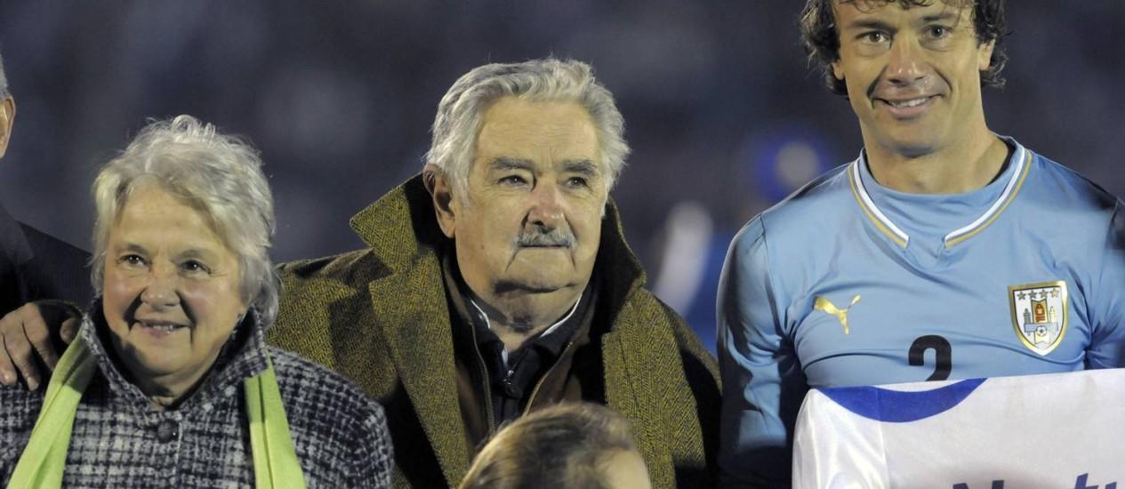 Mujica, suma mulher, Lucia Topolansky, e o capitão da Seleção Uruguaia, Diego Lugano: tema de livro Foto: Matilde Campodonico / AP