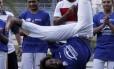 A visita ao Complexo Esportivo da Rocinha teve uma roda de capoeira. O atacante Daniel Sturridge começou tímido, apenas acompanhando com palmas