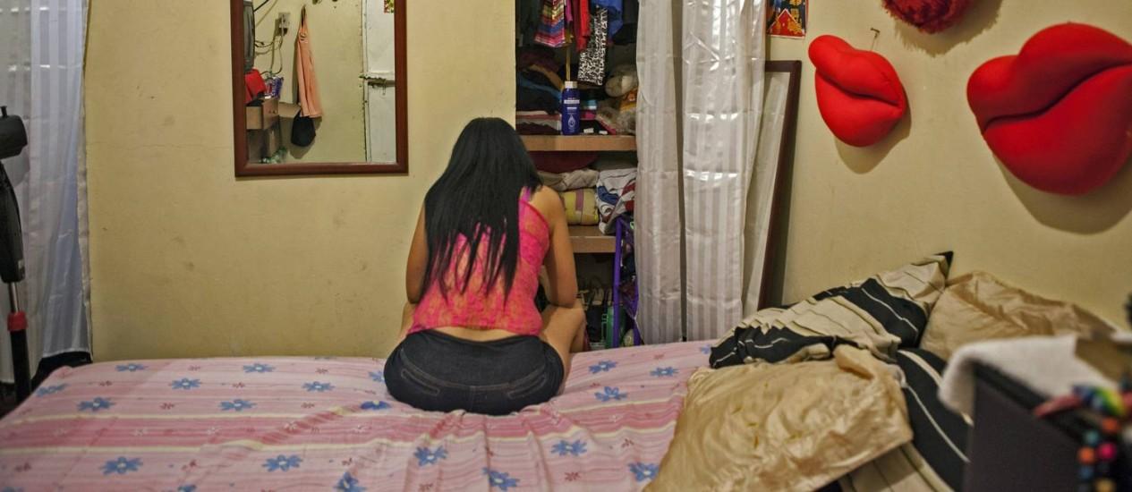 Prostituta em bordel de Puerto Cabello, na Venezuela: câmbio é mais lucrativo do que sexo Foto: Vladimir Marcano / Bloomberg