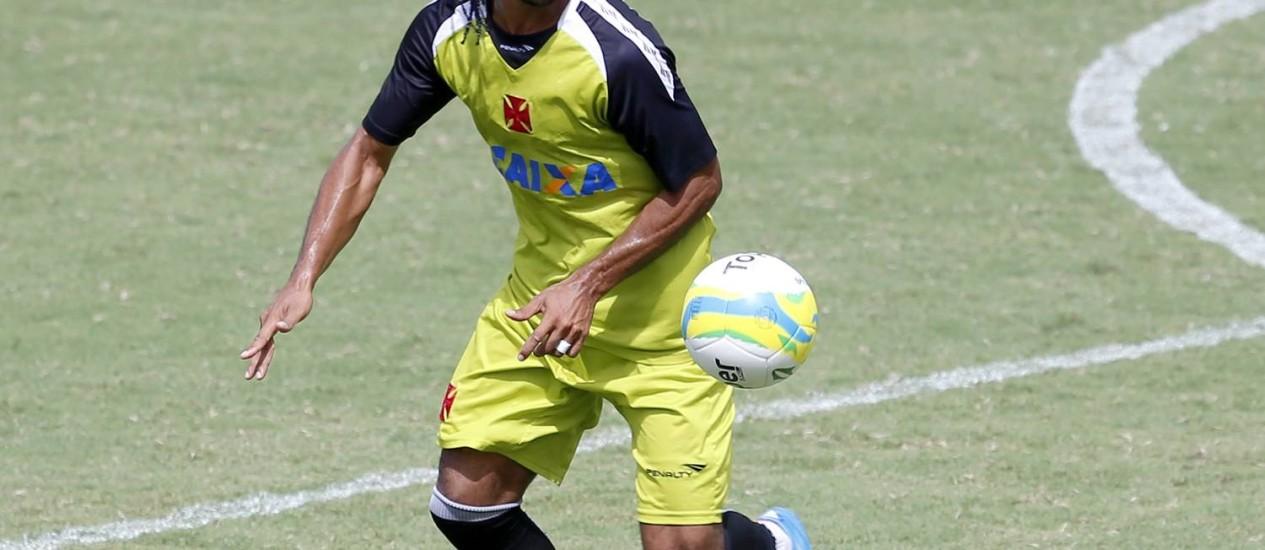 Everton Costa treina em São Januário: atacante quer voltar aos gramados Foto: Ivo Gonzalez / Agência O Globo