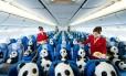Esculturas de papel machê aterrisaram no dia 9 de junho, depois de um voo na classe econômica da companhia aérea Cathay Pacific. Os pandas 'caminharão' por pontos turísticos da cidade chinesa durante o mês de junho