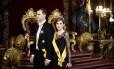 O futuro rei da Espanha, Felipe, e sua mulher, Letizia caminham na sala do trono