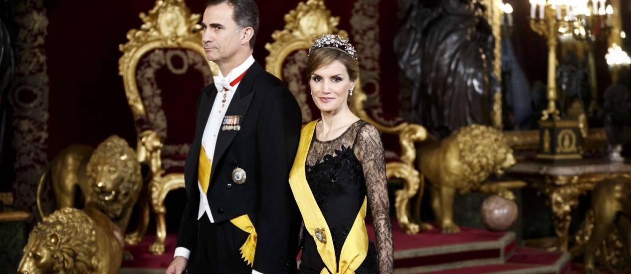 O futuro rei da Espanha, Felipe, e sua mulher, Letizia caminham na sala do trono Foto: AFP-9-6-2014
