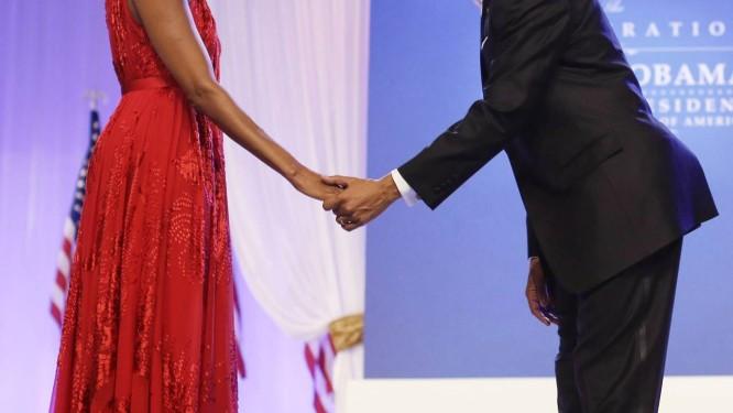 O presidente americano, Barack Obama, curva-se diante da mulher, que usa um vestido de chiffon e veludo do estilista Jason Wu Foto: Charles Dharapak / AP