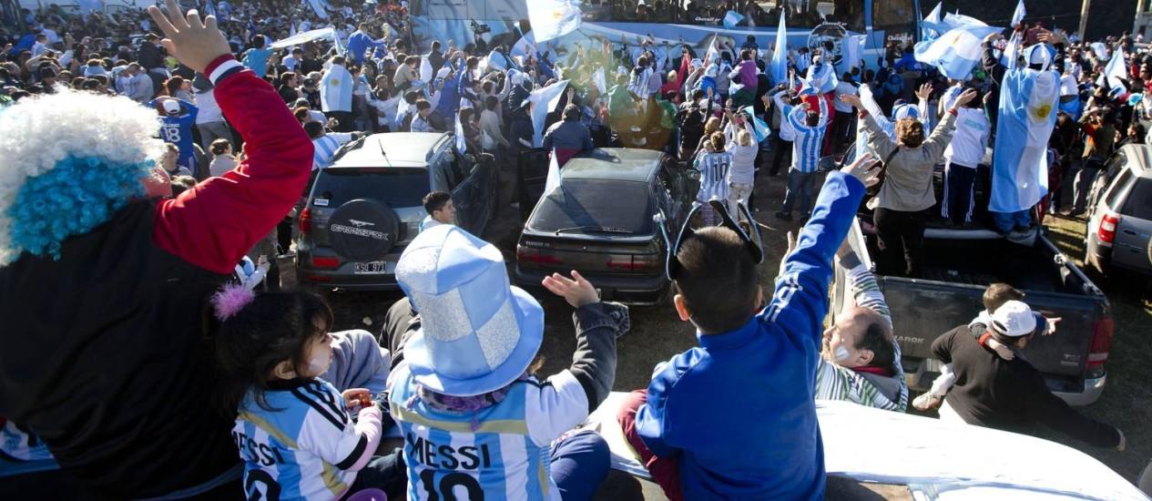 No aeroporto. Torcedores se despedem da seleção argentina: gastos no Brasil Foto: Natacha Pisarenko/AP/9-6-2014