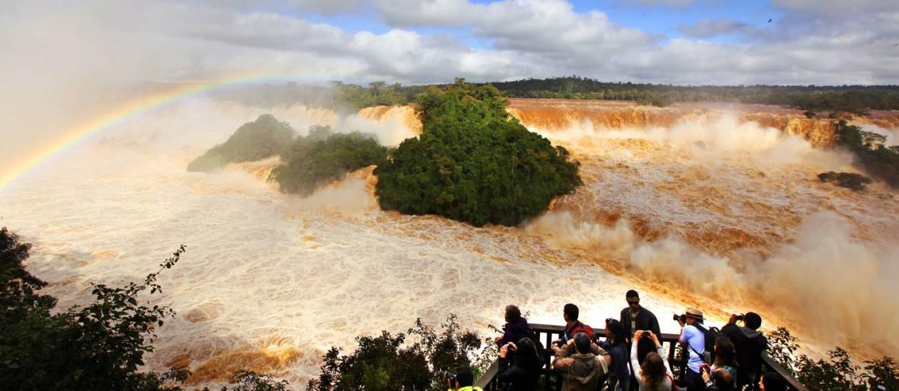 Águas revoltas. Turistas observam a força das águas nas Cataratas do Iguaçu Foto: Kiko Sierich/O Globo