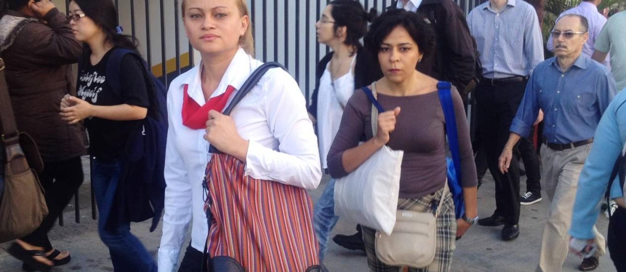 A pé e mais rápido. Maria Alves (à esquerda) na jornada de ontem até o trabalho Foto: Tatiana Farah