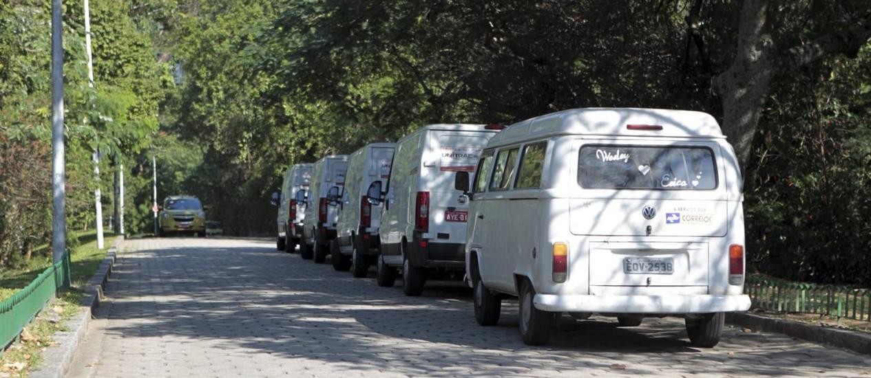 Cinco vans e uma Kombi estacionadas no acesso ao Mirante do Pasmado Foto: Marcelo Piu / Agência O Globo
