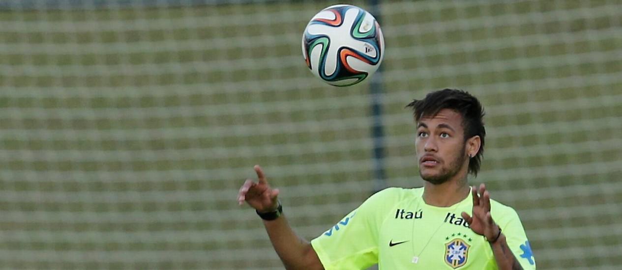 Neymar cabeceia a bola em treino na Granja Comary Foto: Marcelo Theobald / Agência O Globo