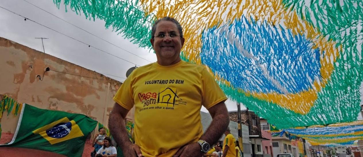 Batendo um bolão. Flávio Rezende ajuda crianças e adultos com a ONG Casa do Bem Foto: Ney Douglas Marques