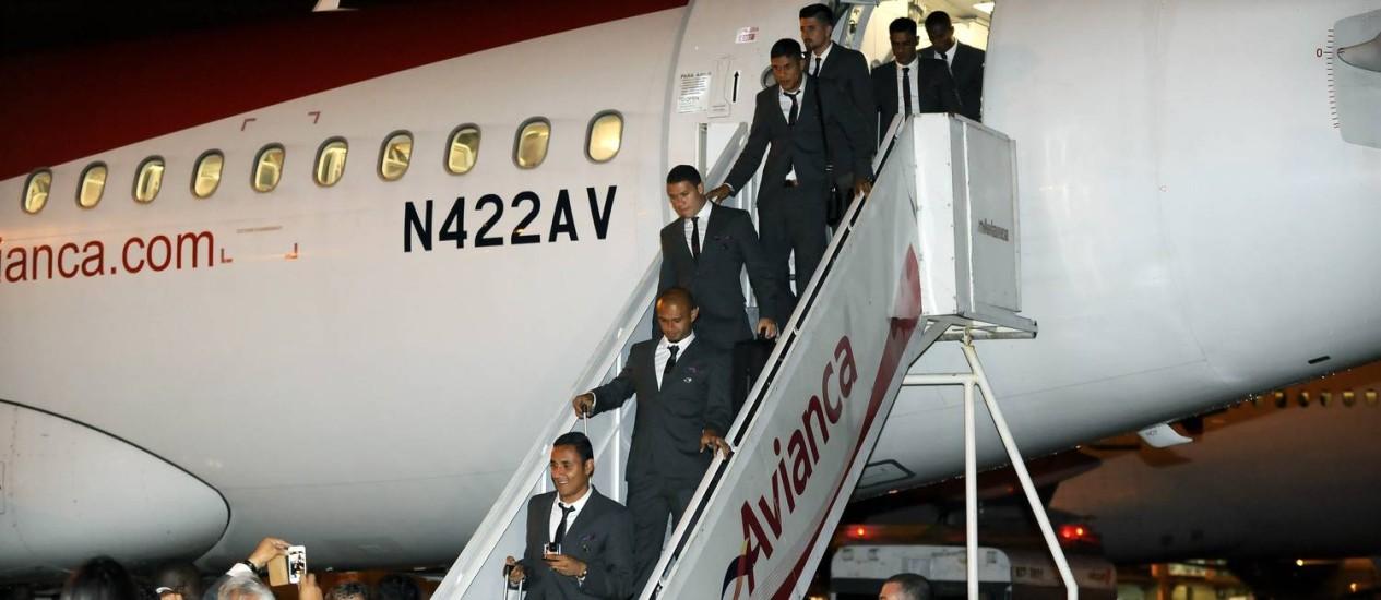 Jogadores da seleção de Costa Rica desembarcam no aeroporto de Guarulhos em São Paulo Foto: Paulo Duarte / AP