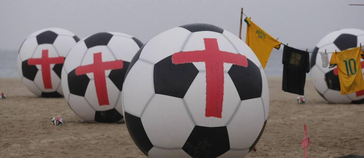 Bolas gigantes foram fixadas na Praia de Copacabana por integrantes do Rio de Paz Foto: Guilherme Leporace / Agência O Globo