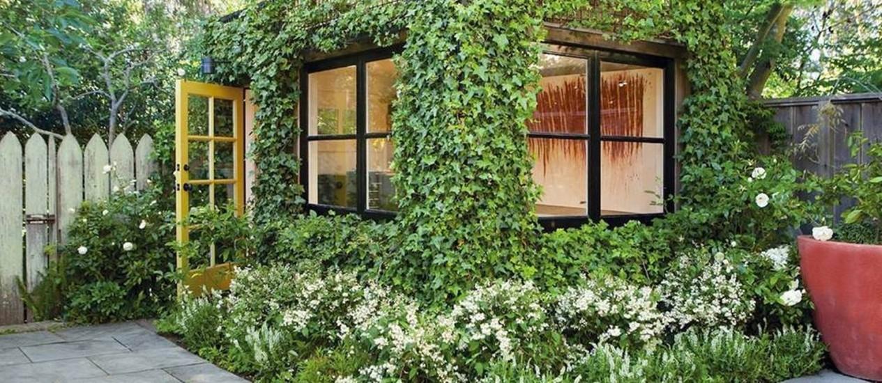 As plantas encobrem as paredes deste estúdio no quintal de uma casa na Califórnia Foto: Reprodução da internet