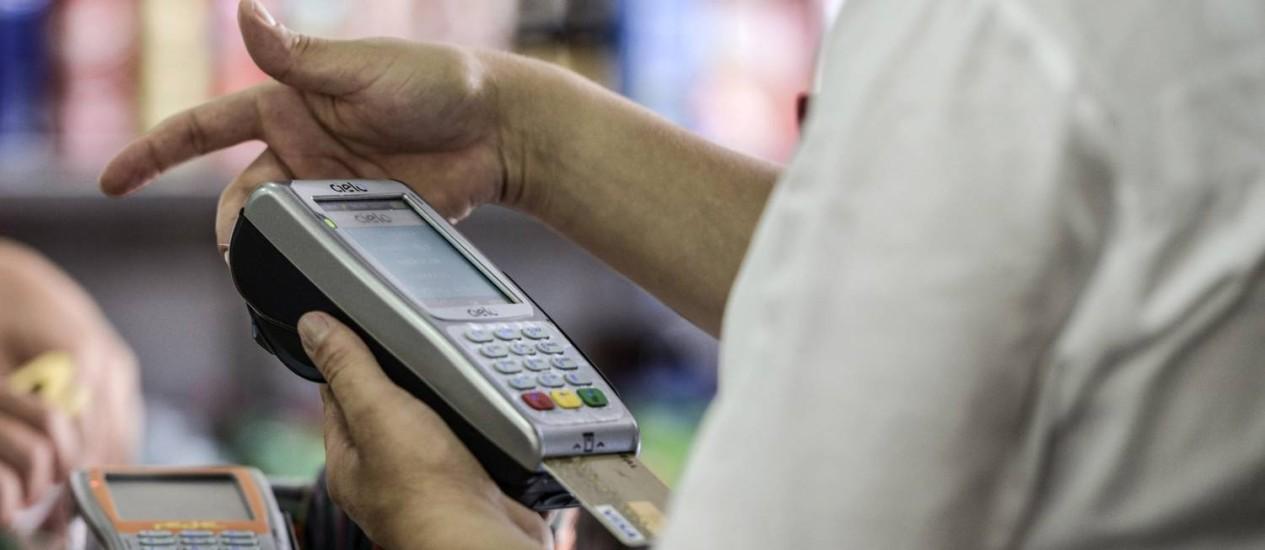 Máquina de cartão de crédito: dívidas com financeiras puxaram alta da inadimplência em maio, segundo Serasa Foto: Bloomberg News