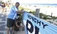 """Em Ipanema, Mario Fernandez pendurou uma bandeira da Argentina sobre os gradis que cercam a vegetação da praia: """"É para mostrar que estamos presentes"""""""