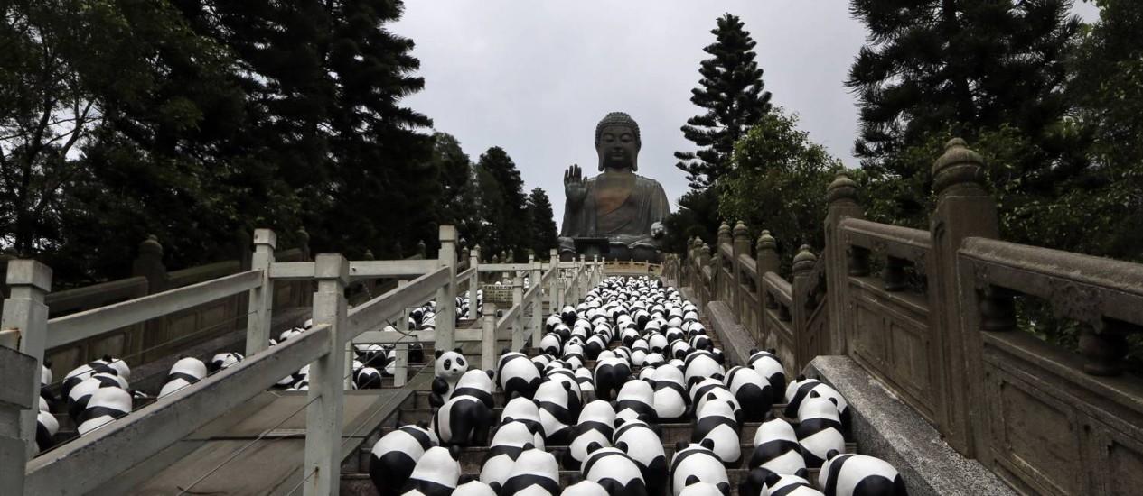 Os 1.600 pandas visitam o grande Buda de Hong Kong Foto: Kin Cheung / AP