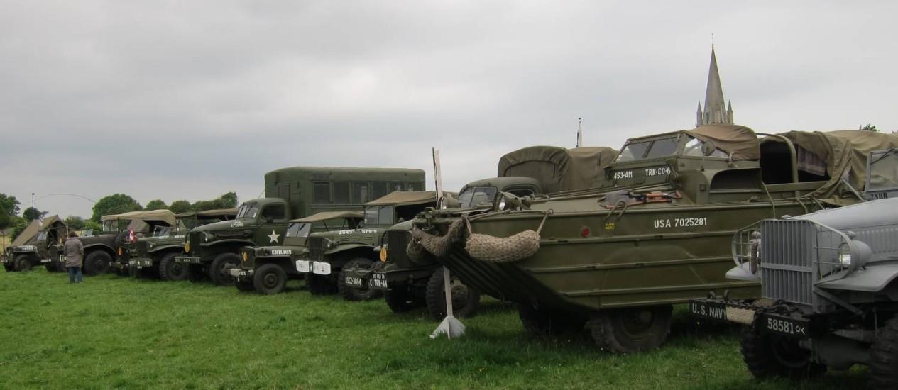 Veículos militares reunidos na Normandia, França, para as comemorações dos 70 anos do Dia D Foto: João Barone