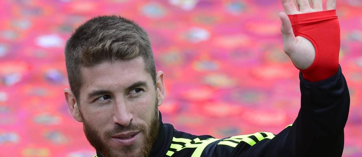 Sergio Ramos acena durante treino da Espanha nesta terça-feira Foto: Manu Fernandez / AP
