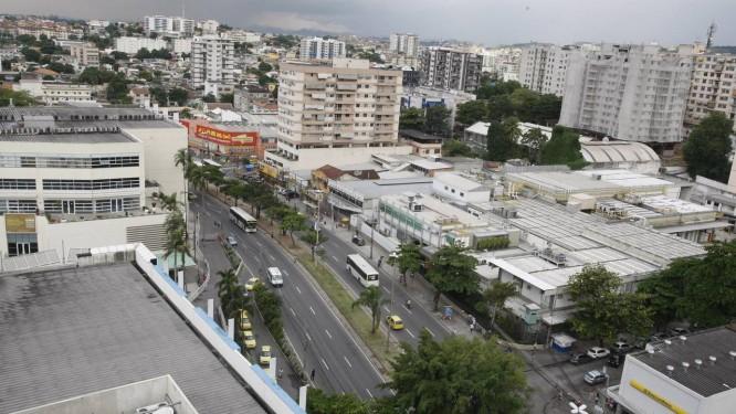Em 2013, uma das mais expressivas vias da Zona Norte, a Avenida Dom Hélder Câmara passa por um boom no número de estabelecimentos comerciais Foto: Eduardo Naddar / Agência O Globo