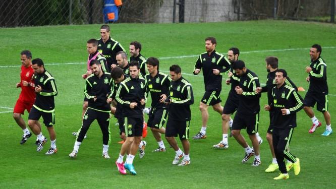 Jogadores da seleção espanhola correm em volta do campo no treino aberto realizado no CT do Caju Foto: Paulo Lisboa