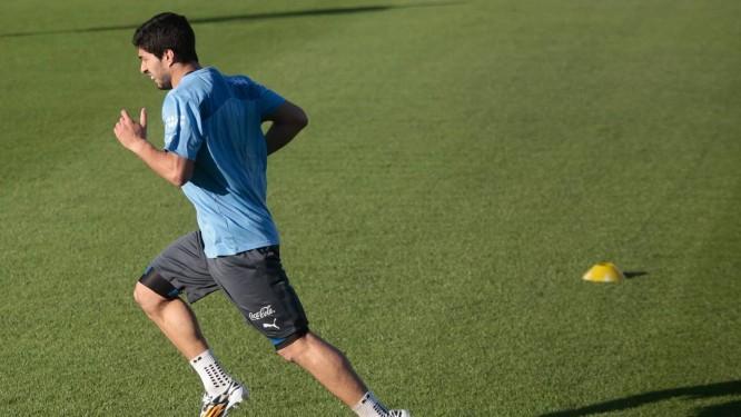 Suárez treinou em separado nesta terça-feira Foto: Pedro Kirilos / Agência O Globo