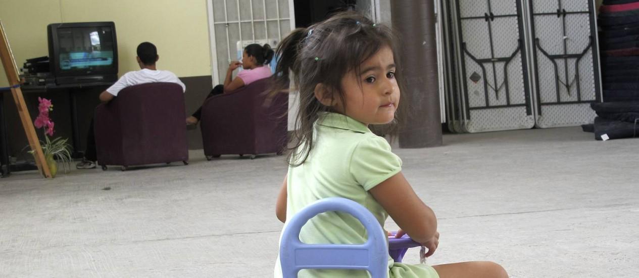 Hondurenha de três anos espera em um abrigo de imigrantes do lado mexicano da fronteira: crianças desacompanhadas que conseguem fazer travessia podem ser enviadas para bases militares Foto: Christopher Sherman / AP