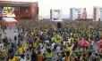 Torcedores assistem a jogo da Copa de 2010 na arena do Fifa Fan Fest, em Copacabana