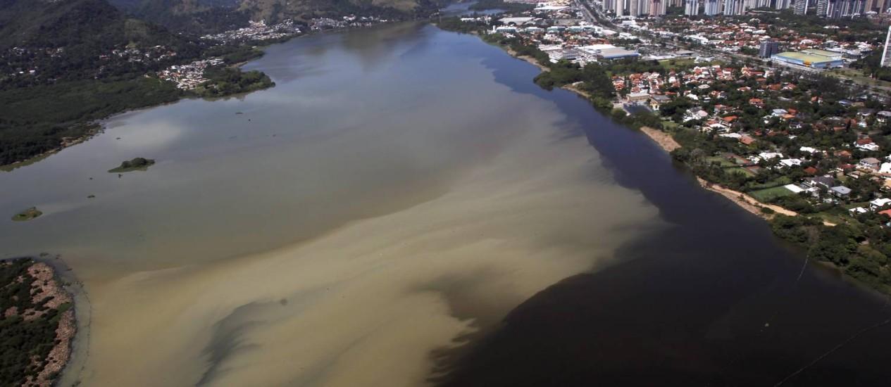Esgoto na Lagoa da Tijuca: projeto prevê implantação de transporte marítimo após despoluição Foto: Custódio Coimbra / Agência O Globo (08/10/2013)