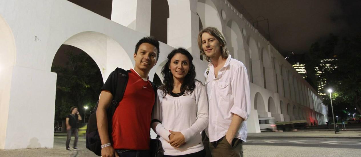 Os colombianos Erick Vargas e Sofia Vargas procuravam pela Escadaria Selarón ao lado do inglês Lee Borodell Foto: Domingos Peixoto / Agência O Globo