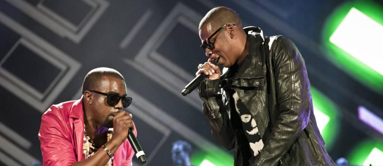 Os rappers Kanye West, à esquerda, e Jay-Z durante show no Yankee Stadium, Nova York, em setembro de 2010. Foto: Chad Batka / Agência O Globo