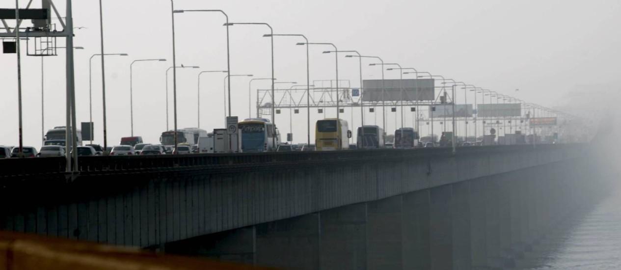 Mau tempo atinge a cidade na manhã desta quarta-feira. Na foto, a Ponte Rio-Niterói Foto: Marcelo Piu / Agência O Globo