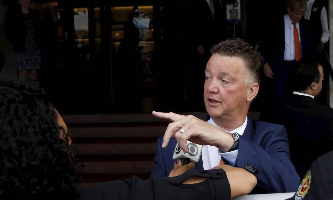 O técnico da Holanda, Louis Van Gaal, na saída do hotel. Ele disse que a torcida brasileira é maravilhosa Foto: Custódio Coimbra / O Globo