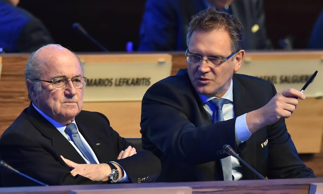 Joseph Blatter (à esquerda) com Jerome Valcke durante o Congresso da Fifa, nesta quarta-feira Foto: / AFP