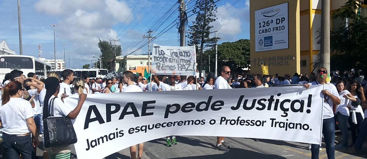 Manifestantes pedem por justiça após morte de professor em Cabo Frio Foto: Divulgação - RC24h.com.br / Renata Cristiane