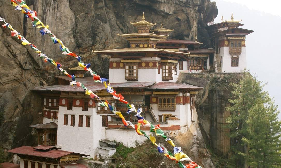 O Ninho do Tigre, mosteiro encravado num penhasco a mais de mil metros de altitude, é uma das maiores atrações do Butão Foto: Claudia Sarmento / O Globo