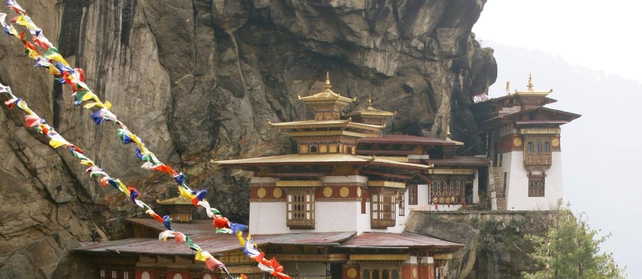 O Ninho do Tigre, mosteiro encravado num penhasco a mais de três mil metros de altitude, é uma das maiores atrações do Butão Foto: Claudia Sarmento / O Globo