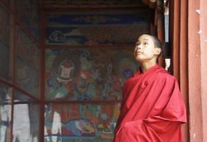 Futuro monge na fortaleza de Paro, no Butão Foto: Claudia Sarmento / O Globo